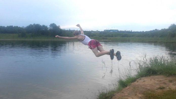 На Франківському озері п'яна компанія стрибала із мосту у воду - її розігнали рятувальники