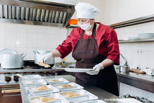 Волонтери нагодують усіх: як люди возять по Франківську безкоштовні обіди