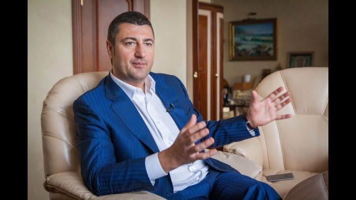 Прикарпатського олігарха Олега Бахматюка, який наразі переховується від слідства, суд заочно взяв під варту