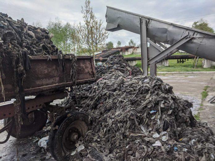 Комунальники просять франківців припинити засмічувати каналізацію непотребом: фотофакт