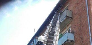 У Надвірній чоловік ледь не випав з балкону п'ятиповерхівки