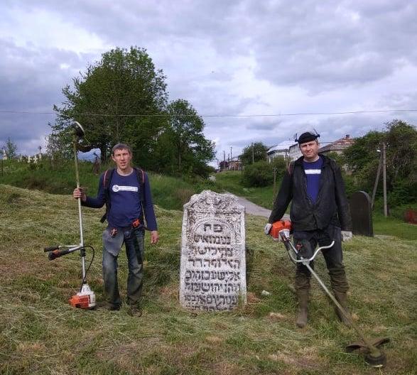 В Рогатині впорядковують старе єврейське кладовище: фото