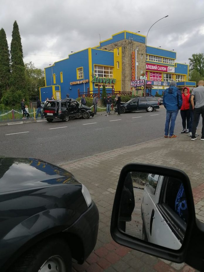 У Надвірній зіткнулись два легковики, один з водіїв у критичному стані: фотофакт