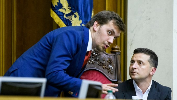 Експрем'єр Гончарук заявив, що Зеленського вводять в оману
