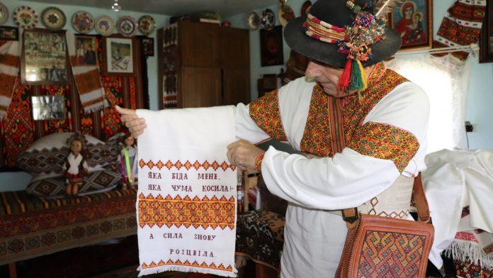 Як гуцульські умільці вишивають сорочки, скатертини та рушники: відео