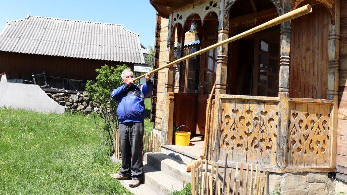 Майстер із Косівщини виготовляє неймовірні музичні інструменти з дерева: відео