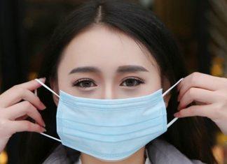 Жінка, яка не мала маски, роздяглася та одягла власні труси на голову. Відео