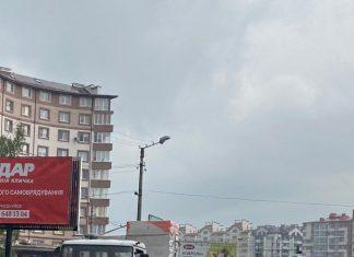 У Франківську з автомобіля випав вантаж, рух транспорту ускладнено: фотофакт