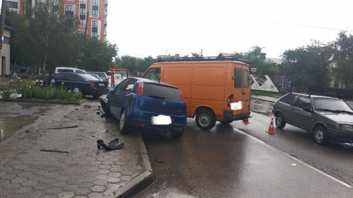 У Франківську в результаті ДТП травмувались двоє водіїв: фотофакт