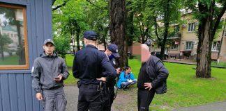 У Франківську затримали чоловіка, який справляв природну потребу просто посеред скверу