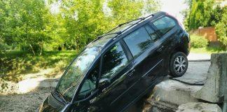 Через халатність прикарпатських дорожників, в передмісті Івано-Франківська автомобіль злетів зі зруйнованого повінню мосту