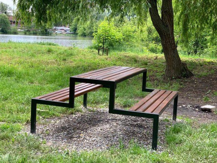 Біля франківського міського озера облаштували відпочинкову зону