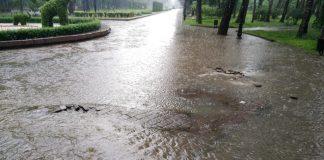 У франківському парку через значні опади вирвало люк, на місці утворилося провалля: фото, відео