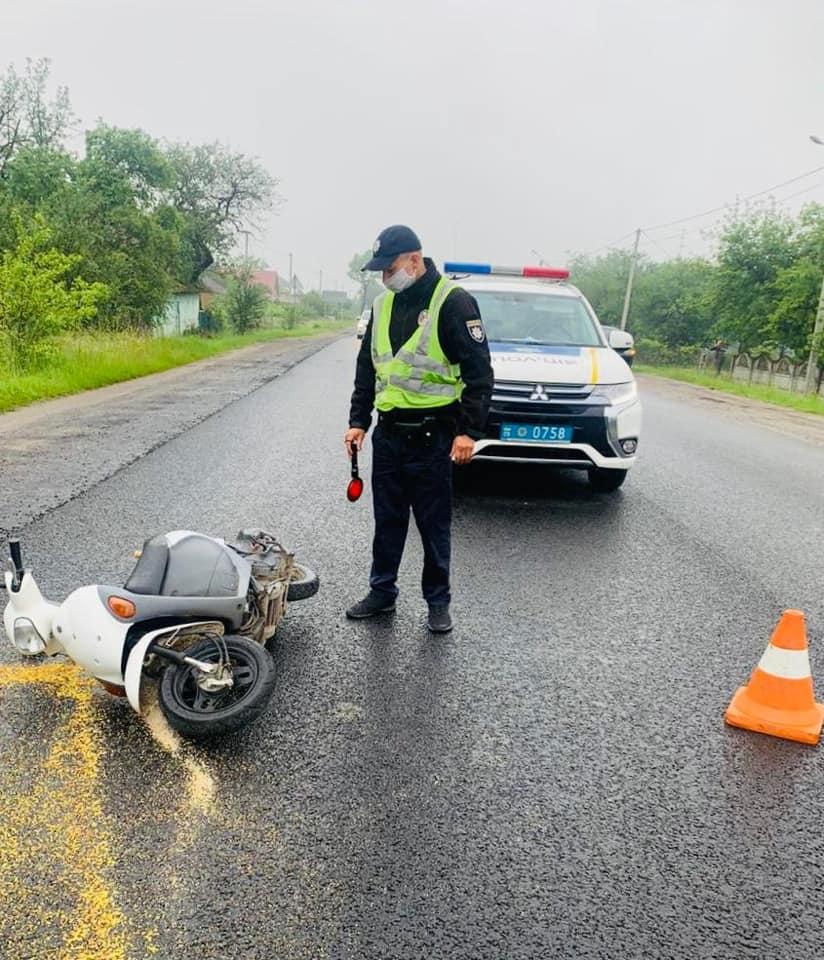 На Прикарпатті поліція розшукує винуватця ДТП, який збив скутериста та втік з місця події: фотофакт