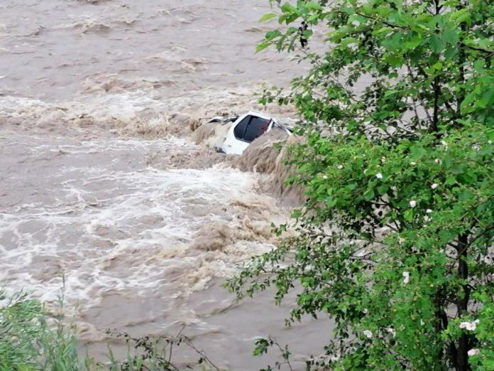 На Прикарпатті попрощалися із жінкою-фельдшеркою, тіло котрої виявили у авто, що злетіло у гірську річку