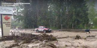 Дорога Яремче - Микуличин перетворилась на бурхливу річку, проїзд перекритий: відео