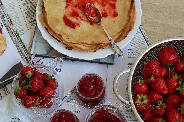 Кухня вихідного дня. Млинці з полуничним джемом та вершковим сиром від кулінарної блогерки