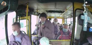 В Івано-Франківську неадекватна пенсіонерка плюнула в салоні маршрутки на водія і дитину, яка сиділа поруч, бо їй відмовили у пільговій поїздці