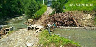 Через сильні опади на Прикарпатті стався зсув ґрунту, який зруйнував міст - карпатське село перебуває відрізаним від світу