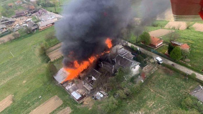 Спалахнуло як сірник: на свято Трійці в Косівському районі за короткий час згорів комплекс будівель загальною площею майже 150 квадратів