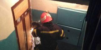 """На """"Пасічній"""" трирічна дитина зачинилась у квартирі - довелось викликати рятувальників"""