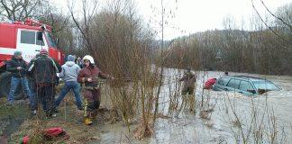 На Прикарпатті цілу ніч триває рятувальна операція із порятунку автомобіля, який злетів у гірську річку - поліція, надзвичайники та водолази шукають потерпілих, які могли перебувати в авто