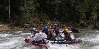 На гірській прикарпатській річці перекинувся човен із 6-ма мешканцями Франківщини