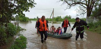 У Галицькому районі триває евакуація людей, чиї помешкання затопила негода: відео