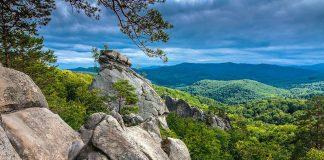 Скелі Довбуша, вузькоколійка та цілюще джерело - туристичні скарби Долинщини