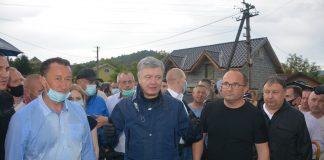 Петро Порошенко відвідав одне з сіл на Прикарпатті, що сильно постраждало від негоди: фоторепортаж
