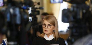 Вишуканий дрескод: Тимошенко прийшла в Раду у розкішній масці