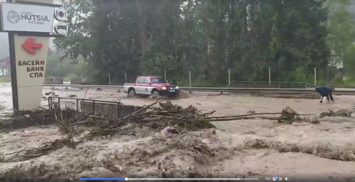 У Микуличині, через негоду, розмило дорогу: проїзд перекритий: відео