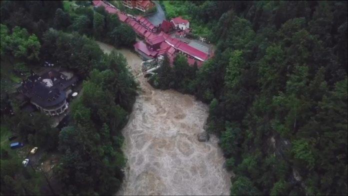 Нестримний Пробій після дощів. В мережі з'явилось відео яремчанського водоспаду з висоти пташиного польоту