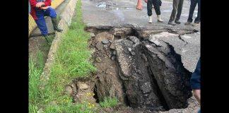 В Надвірнянському районі через рясні опади на мості утворилось провалля. Поліція перекрила рух: відео