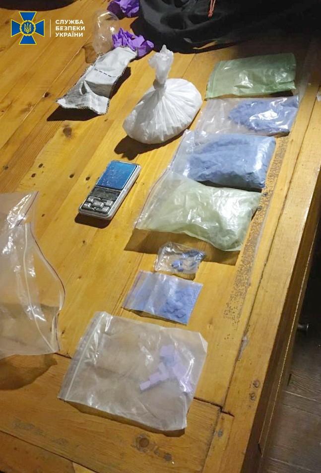 На Франківщині викрили наркоділків, що постачали екстазі до західних областей: фотофакт
