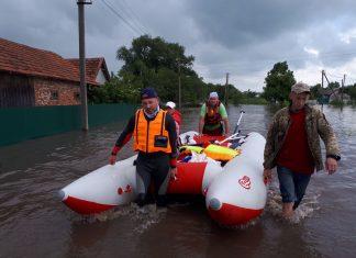 На катерах проти течії. Як прикарпатські волонтери рятували людей під час повені
