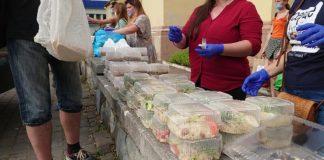 У Івано-Франківську кожного тижня роздають безкоштовні обіди нужденним
