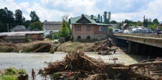 Рятувальники зі всієї України допомагають ліквідувати наслідки повені на Прикарпатті