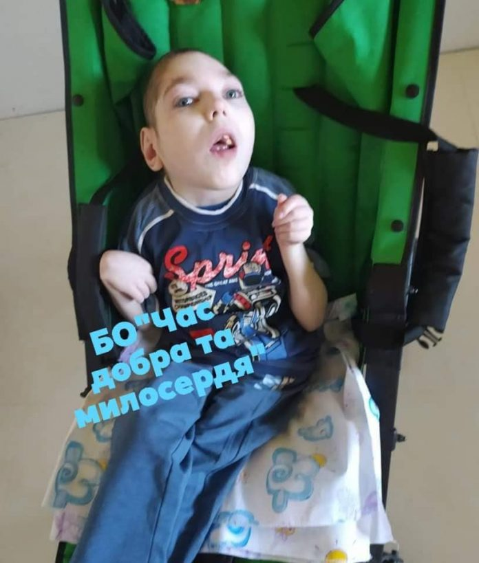 Хлопчик, який від народження прикутий до ліжка, потребує допомоги