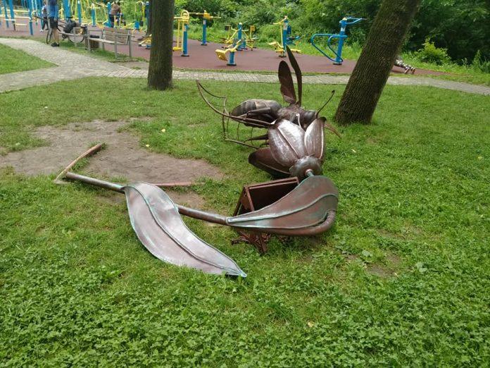 В одному із скверів міста вандали пошкодили ковану фігуру: фото