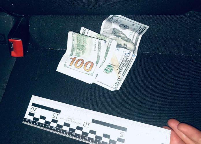 На Франківщині двоє громадян намагалися дати хабар поліцейським в розмірі 800 доларів та 1000 гривень