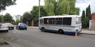 Неподалік міського озера в автобуса на ходу відпало колесо та вдарило легковик ФОТО