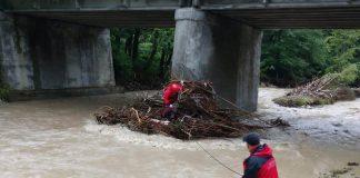 На Прикарпатті в річці виявили тіло людини