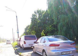 Авторагулі у Франківську: працівники одного із КП міста паркують власні авто на тротуар ФОТОФАКТ