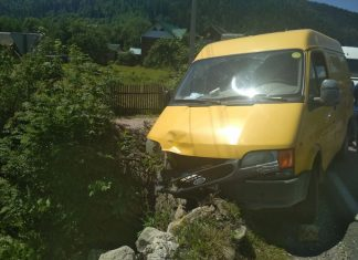 На Прикарпатті мікроавтобус мало не зірвався в прірву Фото