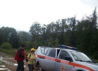 Прикарпатські рятувальники розшукали жінку, яка заблукала в лісі
