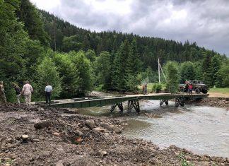 Боротьба з наслідками стихії триває: у Верховинському районі військові разом з лісівниками встановили ще один міст ФОТО