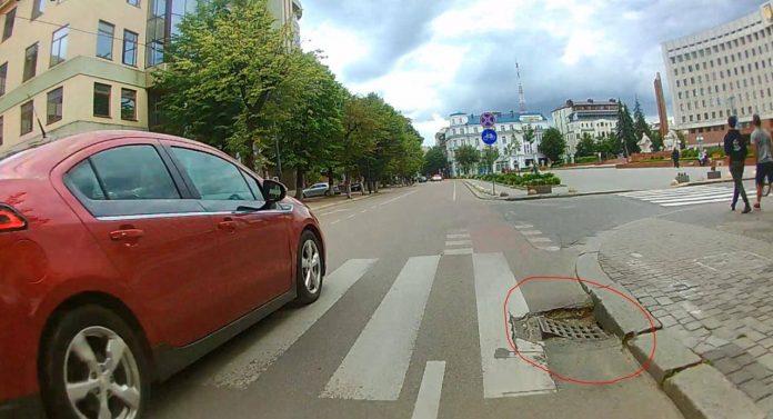 Можна загубити колесо і звернути шию: у Франківську каналізаційні решітки провалюються під землю ФОТО