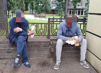 У кафе неподалік вокзалу двоє нетверезих молодиків пограбували франківку ФОТО