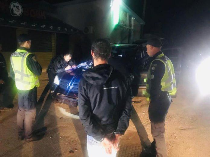 На Прикарпатті затримали водія, який зберігав зброю та наркотики